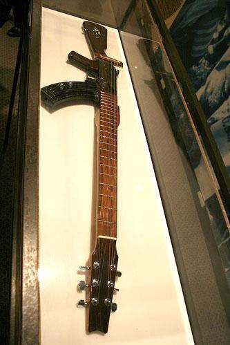 poderes unidos - Guitarra AK-47